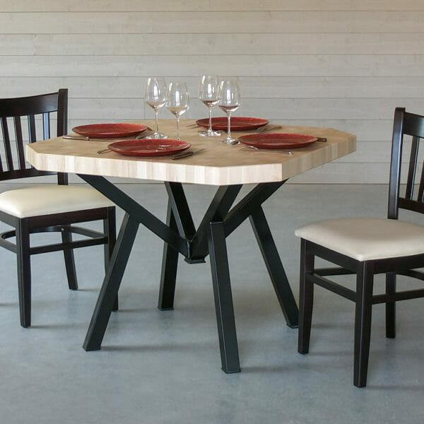 K, la table en bois de bout et acier